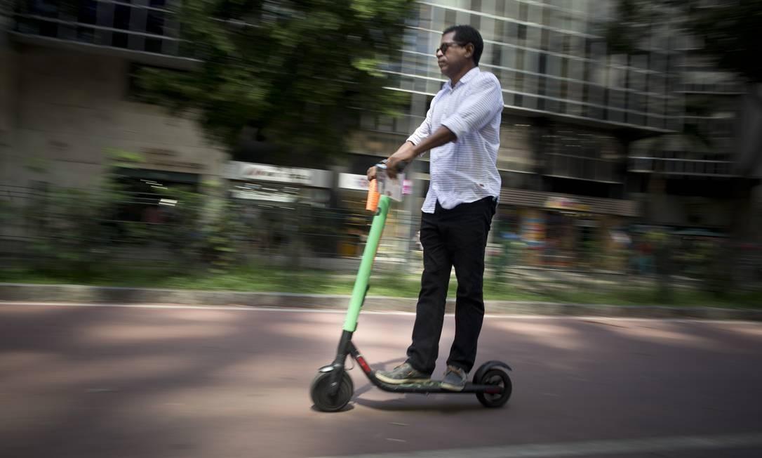 César Mauricio Souza utilizou um patinete para comprar um produto no edifício Avenida Central Foto: Márcia Foletto / Agência O Globo