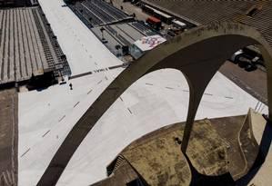 O Sambódromo, que, este ano, só foi liberado pela Justiça a poucas horas da apresentação da primeira escola da Série A: falta manutenção Foto: Brenno Carvalho / Agência O Globo