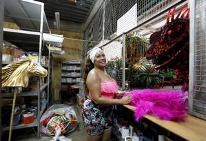 Dançando para não dançar: Bisteka foi bailarina e rainha de bateria; hoje, cuida do almoxarifado Foto: Domingos Peixoto / Agência O Globo
