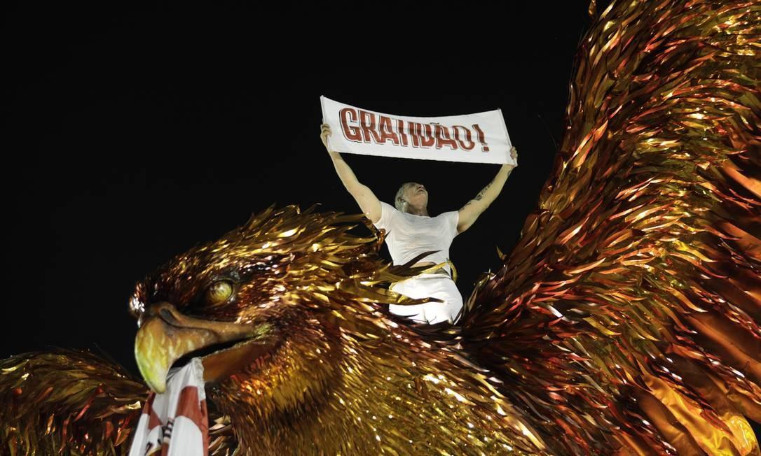 O carnavalesco Paulo Barros ergue faixa de agradecimento, em cima do último carro alegórico da escola Foto: Gabriel MONTEIRO / Agência O Globo