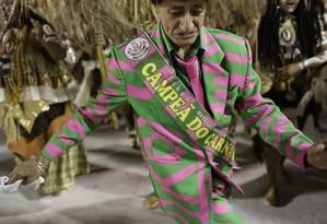 Integrante da Mangueira usa a faixa de campeã do carnaval na Avenida Sapucaí Foto: Agência O Globo