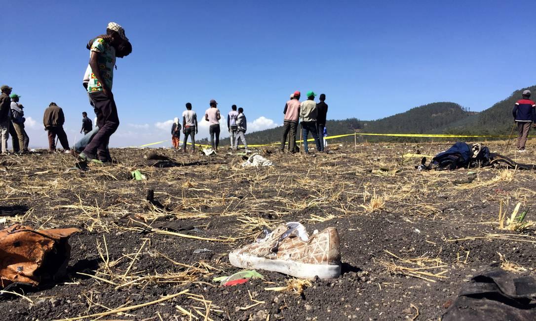 Cena do local onde o avião da Ethiopian Airlines caiu Foto: TIKSA NEGERI / REUTERS