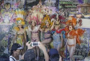 Turistas tiram foto na loja de aluguel de fantasias do Sambódromo Foto: Gabriel de Paiva / Agência O Globo