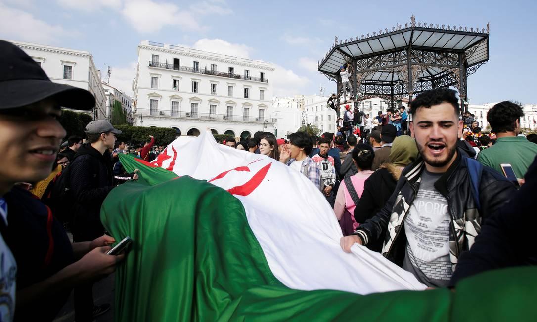 Manifestantes protestam contra o presidente na Argélia Foto: RAMZI BOUDINA / REUTERS