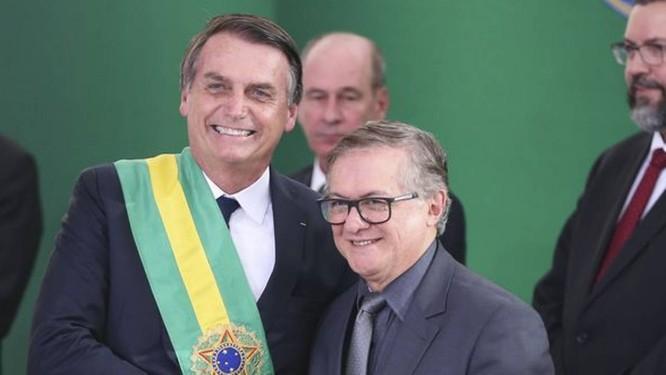 O presidente Jair Bolsonaro empossando o ministro da educaçao Ricardo Vélez Rodriguez, no dia 1º de janeiro Foto: Valter Campanato / Agência Brasil