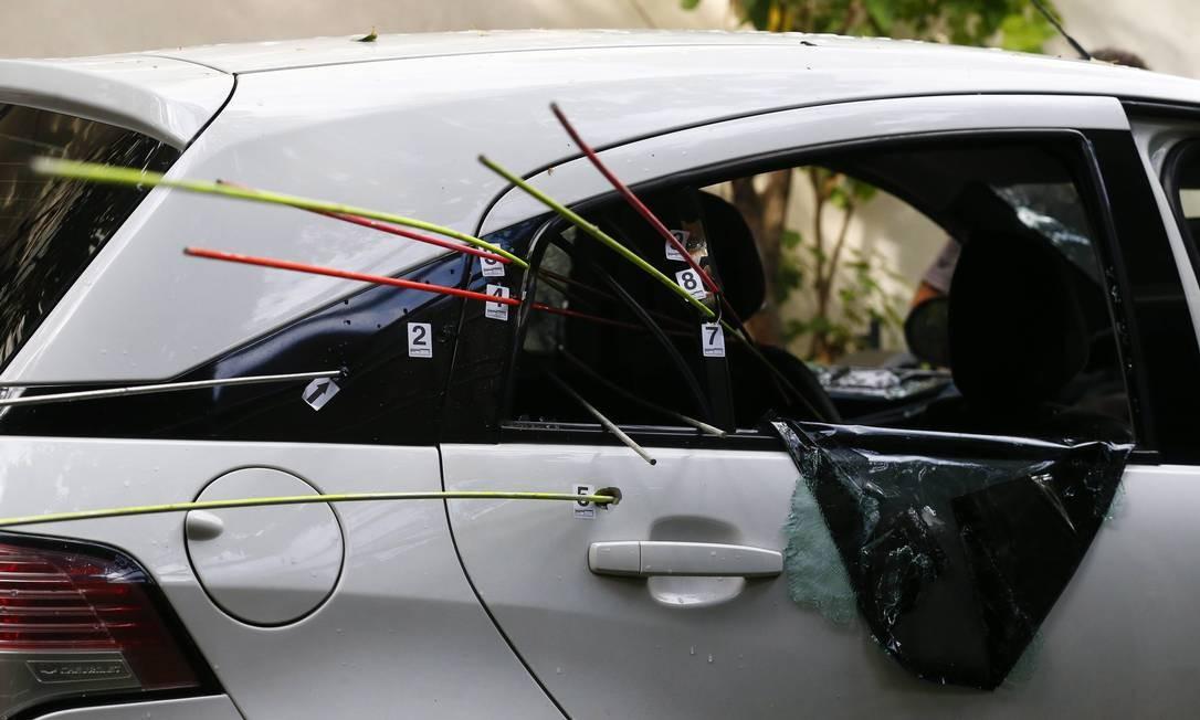 No carro da vereadora Marielle Franco, dirigido por Anderson Pedro Gomes, estava também a assessora Fernanda Chaves: só ela sobreviveu aos tiros Foto: Pablo Jacob / Agência O Globo