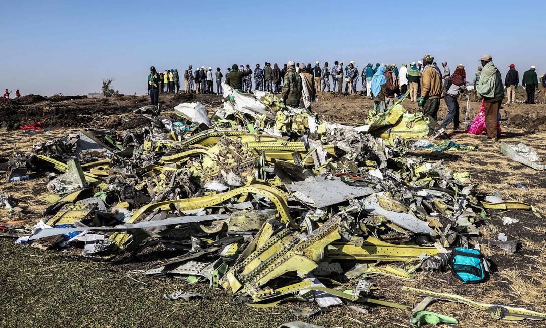Destroços de avião da Ethiopia Airlines perto de Bishoftu, na Etiópia; aeronave carregava 157 pessoas, e não houve sobreviventes Foto: MICHAEL TEWELDE / AFP