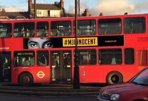 Ônibus em Londres divulga mensagem defendendo Michael Jackson de acusações de pedofilia Foto: Reprodução/Twitter/Habeeb Akande