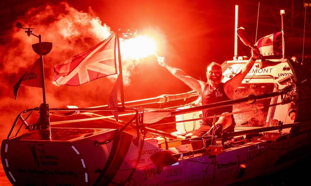 Lee Spencer, de 49 anos, ex-fuzileiro naval britânico, comemora sua chegada a Cayenne, na Guiana Francesa, depois de quebrar o recorde de remo no Atlântico. Spencer, que tem uma prótese, se tornou a primeira pessoa com deficiência física a fazer a travessia solo da Europa continental para a América do Sul Foto: JODY AMIET / AFP