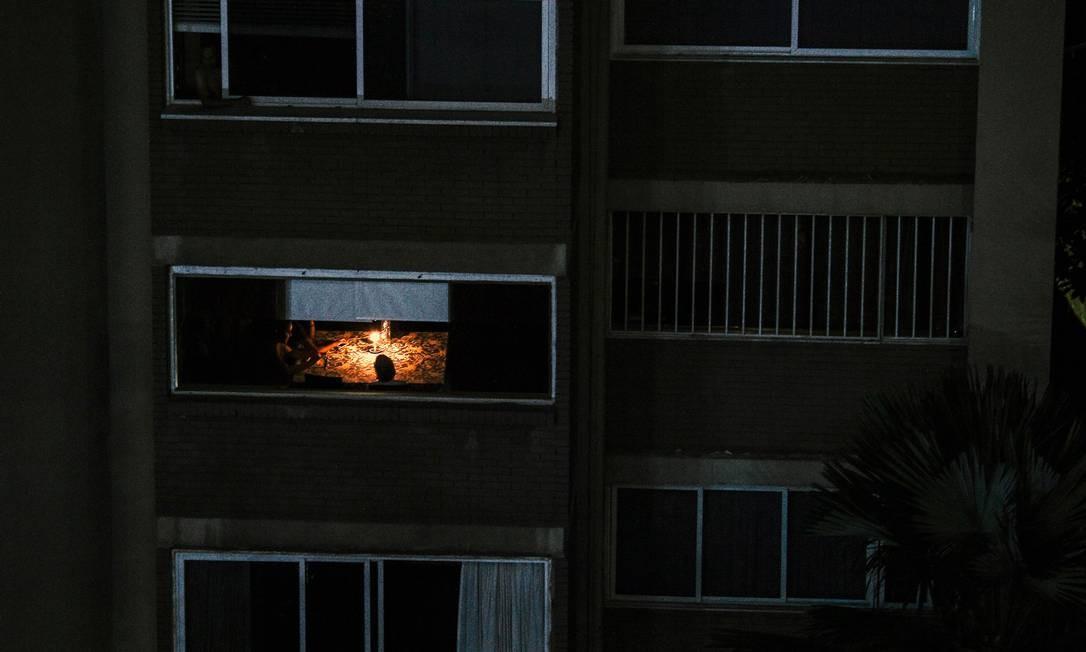 Caracas, capital da Venezulea, continua às escuras durante o terceiro dia de uma enorme queda de energia que deixou a capital e grande parte do país sem comunicações, água e eletricidade Foto: MATIAS DELACROIX / AFP
