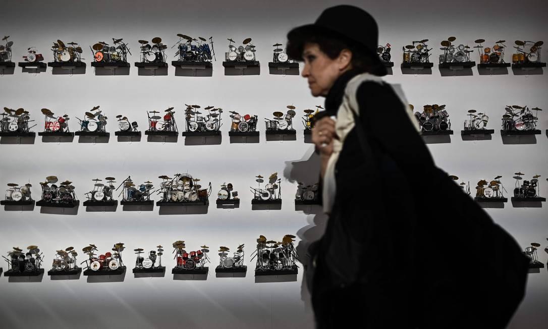 Uma mulher passa por minibaterias, que estão na exposição Paris-Londres: Música Migratória, durante inauguração no Museu Nacional da História da Imigração em Paris Foto: PHILIPPE LOPEZ / AFP