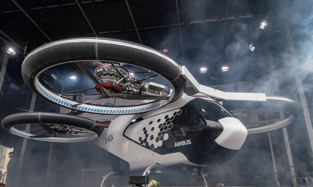 O novo táxi aéreo CityAirbus é apresentado na prefeitura de Ingolstadt na Alemanha. O Ministério dos Transportes lançou um novo programa de assistência financeira para o desenvolvimento e teste de drones táxis aéreos Foto: ARMIN WEIGEL / AFP