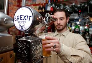 Um barman serve a cerveja Brexit. no Cricketer English Pub, em Paris Foto: Charles Platiau / REUTERS