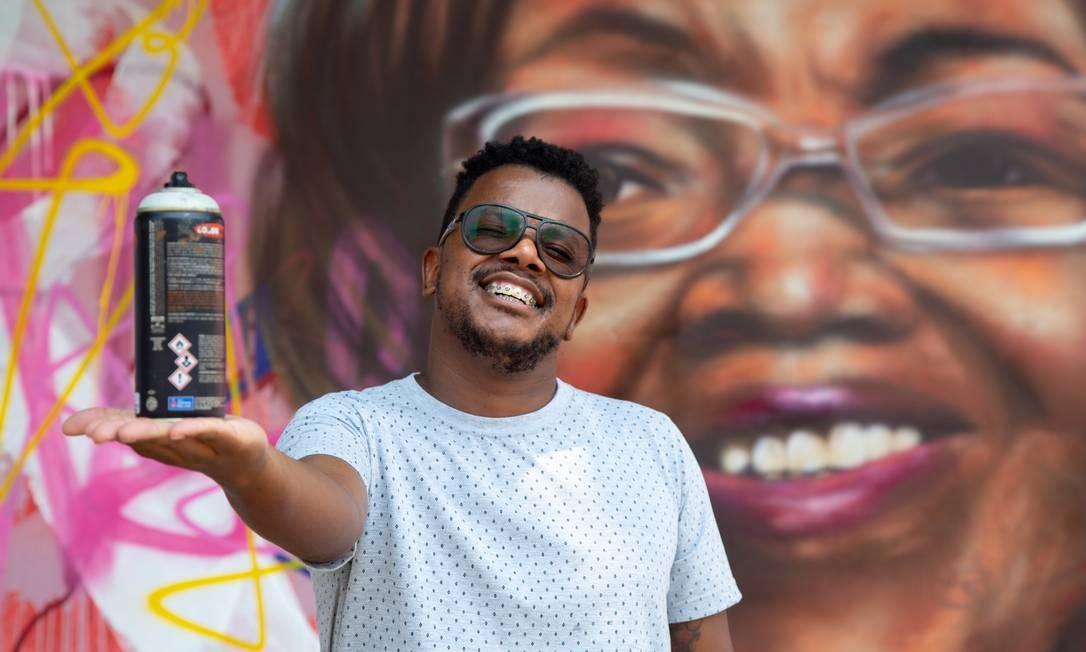 Rodrigo Sini junto ao seu grafite em homenagem à Dona Ivone Lara. Foto: Bruno Kaiuca / Agência O Globo