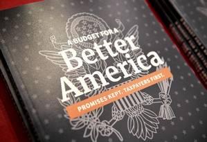 Cópia do Orçamento proposto pelo presidente americano, Donald Trump, para o ano fiscal de 2020 Foto: MANDEL NGAN / AFP