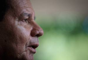 O vice-presidente Hamilton Mourão, ao chegar no prédio da vice-presidência Foto: Daniel Marenco/Agência O Globo/07-03-2019
