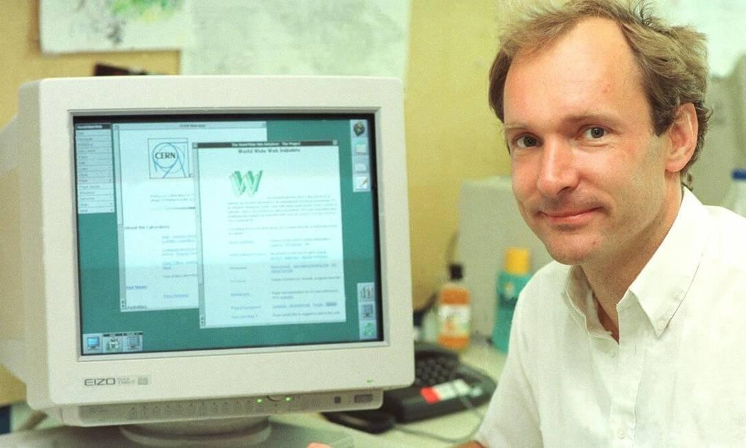 Tim Berners Lee nos laboratórios do Cern, onde o projeto da World Wide Web foi apresentado em 12 de março de 1989 Foto: CERN