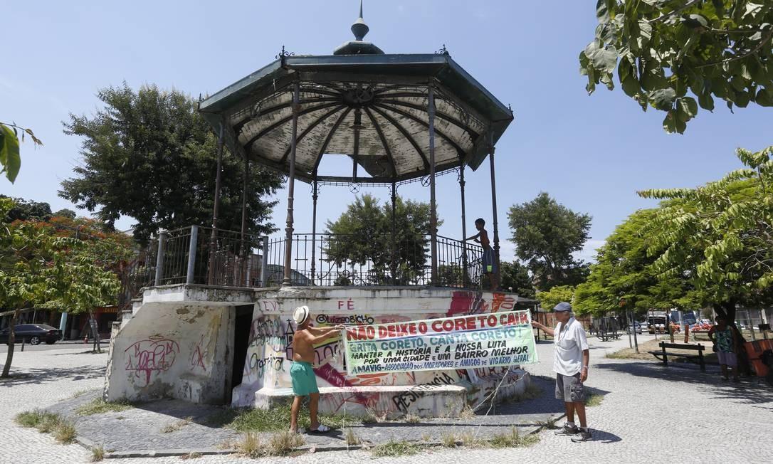 Moradores protestam contra abandono do coreto de Vigário Geral, que é originário da Tijuca Foto: Fábio Guimarães / Agência O Globo