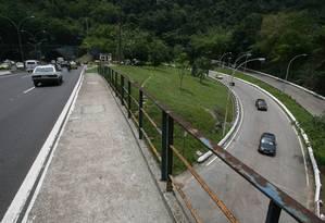 A van foi cercada por três bandidos no acesso ao Túnel Rebouças, no Cosme Velho Foto: Custódio Coimbra / Agência O GLOBO