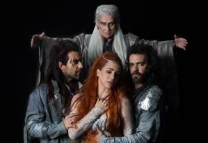 O elenco de 'Merlin e Arthur: um sonho de liberdade': Vera Holtz (Merlin), Gustavo Machado (Lancelot), Larissa Bracher (Guinevere) e Paulinho Moska (Rei Arthur) Foto: Camila Mira / Divulgação