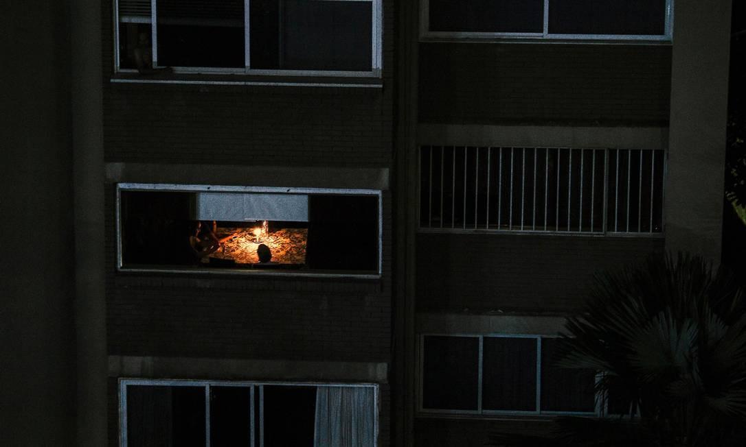 Vista de um apartamento em Caracas, registrada em 10 de março, durante o terceiro dia de uma enorme queda de energia que deixou a capital e grande parte do país sem comunicações, água e eletricidade Foto: MATIAS DELACROIX / AFP