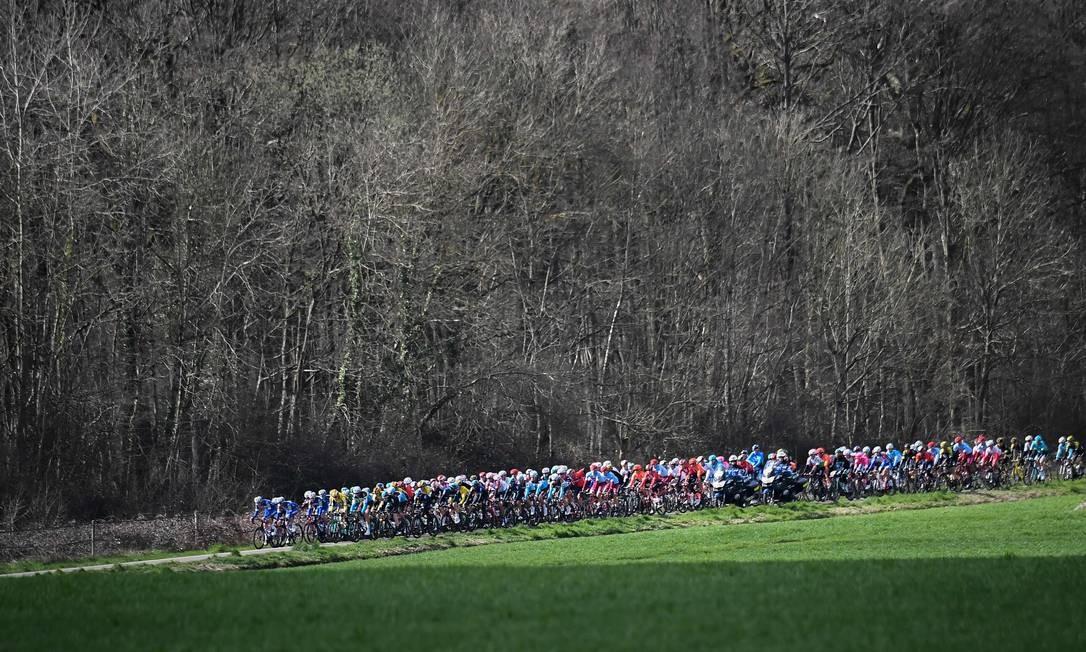 Ciclistas participam do percurso de163,5 km durante a segunda etapa da competição de ciclismo Paris-Nice, entre Les Breviaires e Bellegarde, na França Foto: ANNE-CHRISTINE POUJOULAT / AFP