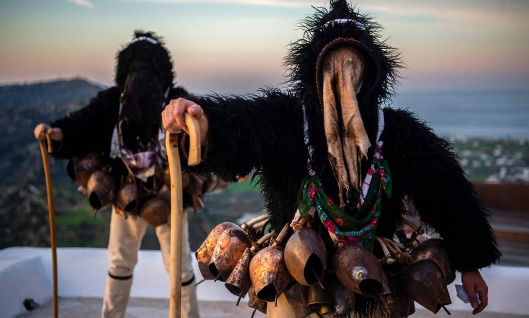 """Homens vestidos de trajes conhecido como """"Homem velho"""" participam de carnaval na ilha grega de Skyros, nordeste de Atenas Foto: ANGELOS TZORTZINIS / AFP"""