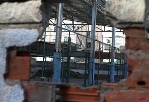 A Escola Municipal Clementino Fraga, em Bangu: pais de alunos se queixam de muros quebrados e entulho Foto: Fabiano Rocha / Agência O GLOBO