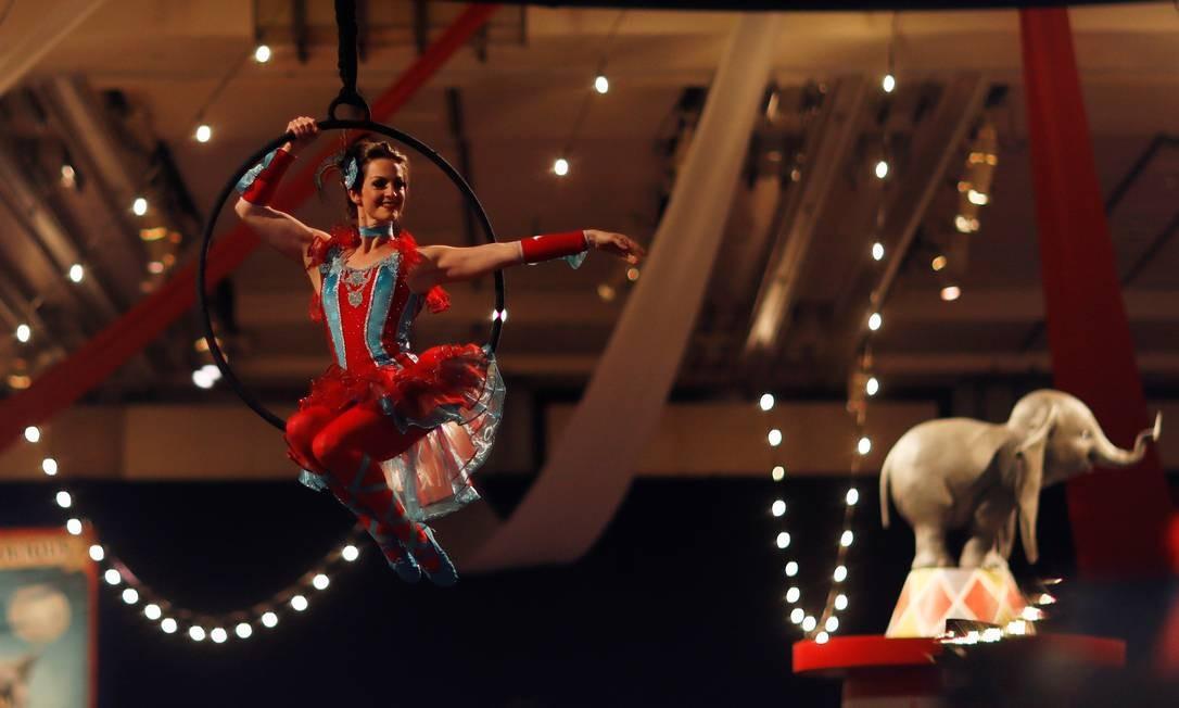 """Uma artista faz sua performance durante a estréia do filme """"Dumbo"""" em Los Angeles Foto: MARIO ANZUONI / REUTERS"""