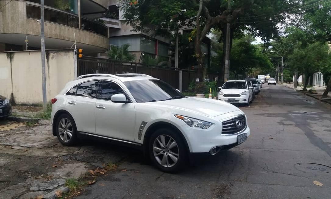 Carro apreendido com PM suspeito de envolvimento no assassinato de Marielle, um Infiniti FX35 V6AWD Foto: Fabiano Rocha / Agência O Globo