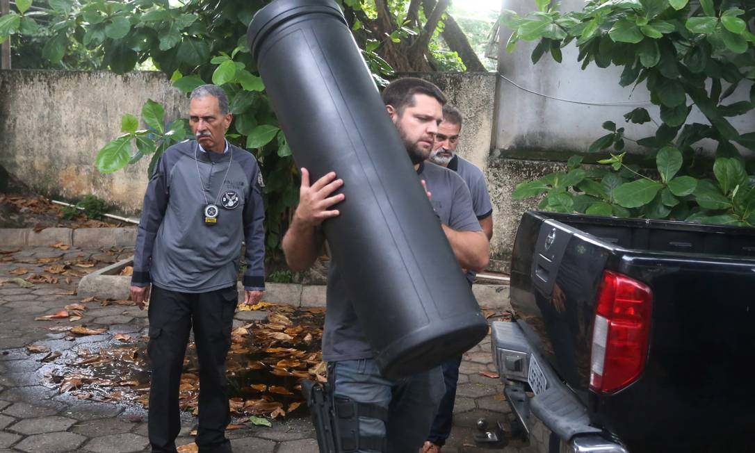 Policiais apreendem um tubo que era usado por Lessa para guardar equipamentos e o levam para a DH Foto: Fabiano Rocha / Agência O Globo