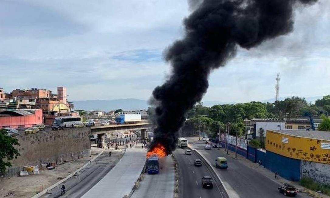 Incêndio ocorreu na latura de Ramos Foto: Reprodução/COR