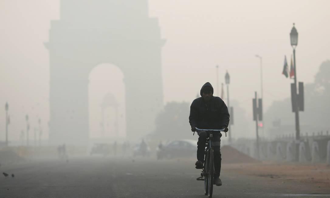 Ciclista passa por área extremamente poluída em Nova Délhi, na Índia Foto: Adnan Abidi / REUTERS/26-12-2018