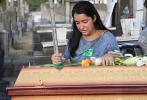 Ágatha Arnaus Reis no enterro de Anderson Gomes, motorista de Marielle Franco Foto: Uanderson Fernandes