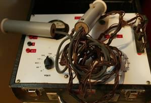 Aparelho de eletrochoque exposto no Museu da Loucura, em Barbacena, Minas Gerais. 22.05.2003 Foto: Berg Silva / Agência O Globo