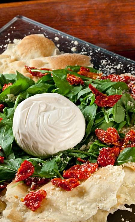 Mamma Jamma. Burrata, rúcula, tomate seco, queijo parmesão e crostata no azeite Foto: Divulgação