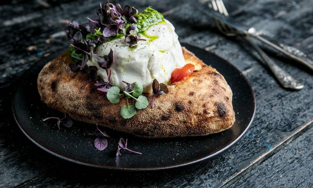 ELLA e MASSA . Burrata com pesto de PANCs e manjericão roxo na focaccia de tomate Foto: TomasRangel / Divulgação