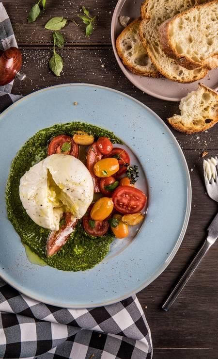 Gula Gula. Burrata com tomatinhos confit e pão italiano Foto: Tomás Rangel / Divulgação