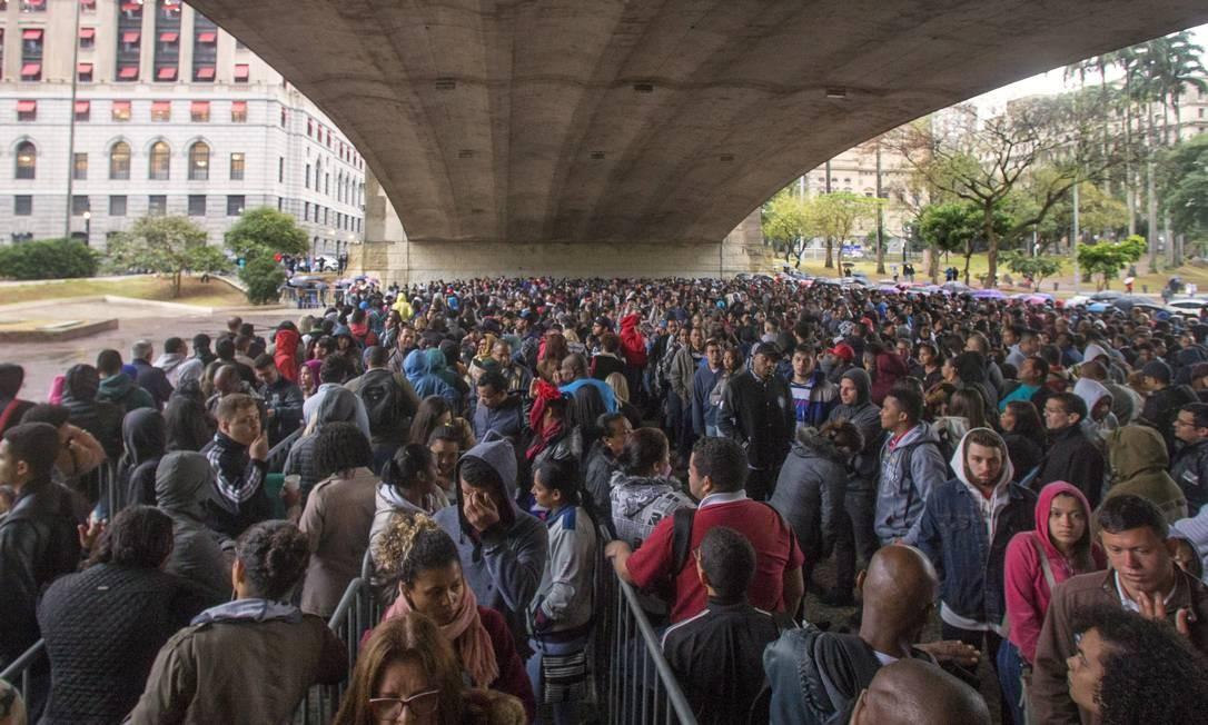 Fila para conseguir um emprego reúne milhares de pessoas no centro de São Paulo. 06/08/2018. Foto: Edilson Dantas / Agência O Globo