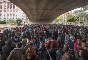 Fila para conseguir um emprego reúne milhares de pessoas no centro de São Paulo Foto: Edilson Dantas / Agência O Globo