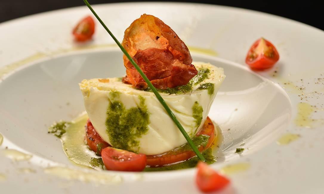 Depósito Gourmet. Burrata crocante com salada de burrata com tomate confit e pétalas de parma ao pesto de manjericão Foto: Bruno de Lima / Divulgação