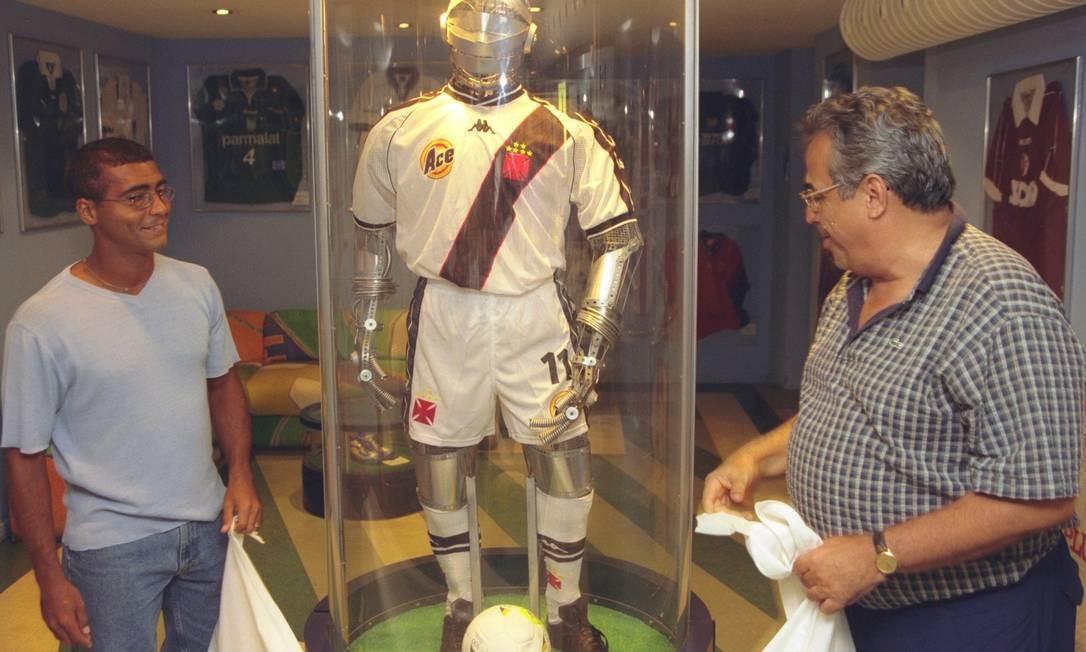 Romário juntamente com Eurico Miranda, inauguram um boneco com o uniforme do Vasco no Café do Gol, na Barra da Tijuca, em 1999 Foto: Fernando Quevedo / Agência O Globo