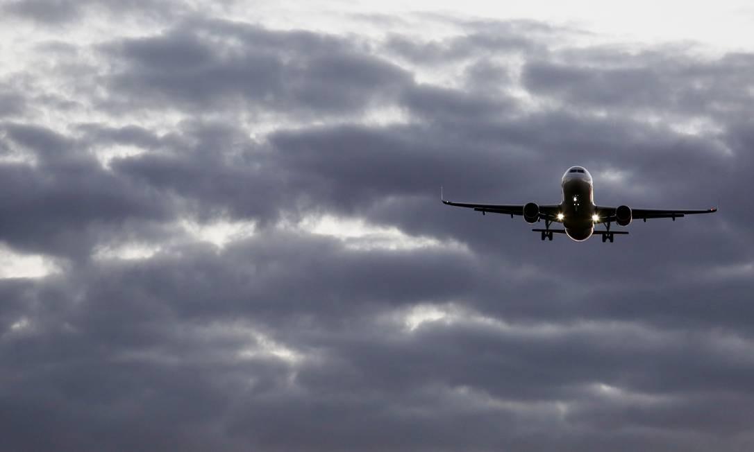 Brasília BsB (DF) 20/04/2016 - MALHA AÉREA ENCOLHE _ Entra em vigor em maio a nova malha aérea, mais enxuta, com corte significativa de voos e nas frequências. Só a Gol vai cortar 180 voos, inclusive trilhos inteiros (o trajeto todo de um avião durante um dia) e não apenas rotas pouco lucrativas. Hoje, a Gol tem cerca de 1.000 voos. Azul e TAM também vão cortar a oferta para fazer frente às dificuldades financeiras. Fotos no aeroporto de Brasília. Foto Michel Filho/Agência O Globo Foto: Michel Filho / Agência O Globo