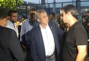 Euriquinho é consolado pelo presidente Alexandre Campello Foto: Igor Siqueira