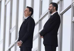 Ernesto Araújo, à direita, com o presidente Jair Bolsonaro: fé e família na diplomacia Foto: SERGIO LIMA / AFP