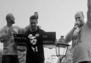 Rodrigo Amorim e Wilson Witzel durante quebra da placa em homenagem a Marielle Franco Foto: Reprodução