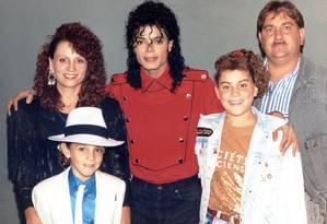 Imagem do documentário 'Deixando Neverland', de Dan Reed, com a família de Wade Robson Foto: Divulgação