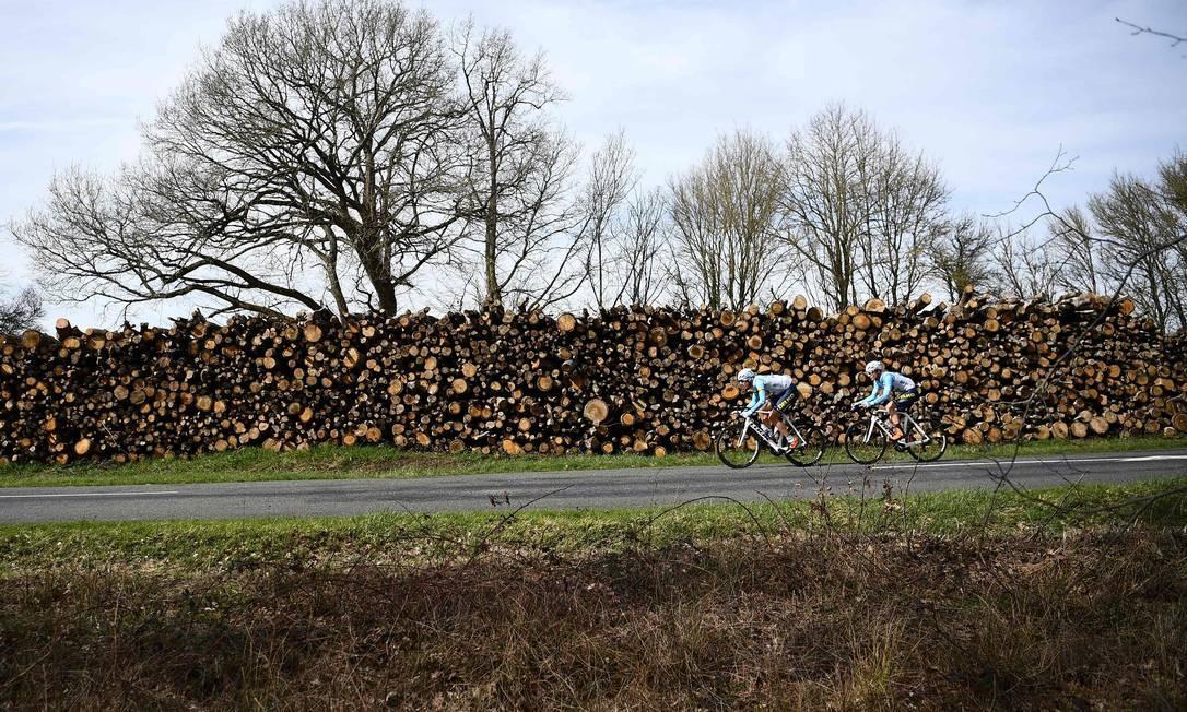 Ciclistas, numa pausa durante os 200km da 3ª etapa da 77ª etapa de ciclismo Paris-Nice, entre Cepoy e Moulins Foto: ANNE-CHRISTINE POUJOULAT / AFP