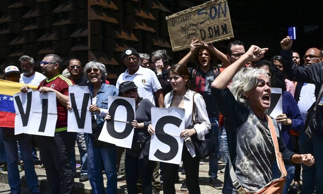 Prisão. Manifestantes pedem a libertação do jornalista Luis Carlos Díaz na sede do serviço de Inteligência venezuelano Foto: RONALDO SCHEMIDT / AFP