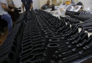 Armas desmontadas, inclusive fuzis, foram encontradas durante buscas em casa no Méier por agentes da Policia Civil Foto: Alexandre Cassiano / Agência O Globo